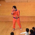 オレンジジャージの巨人、スタンダップコメディアン清水宏